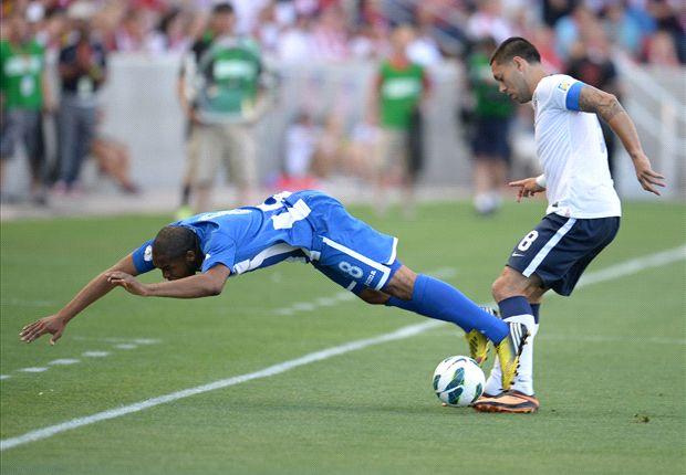 USA's Clint Dempsey balltes with Honduras' Wilson Palacios