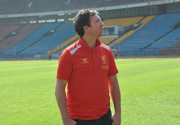 Robbie Fowler melihat langsung kondisi stadion saat melakukan kunjungan