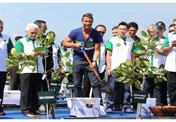 Ronaldo, plantando manglares en Indonesia