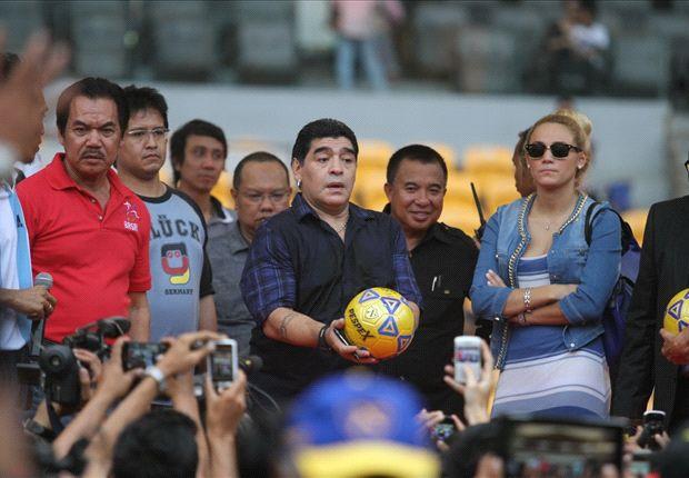 Eddy Sofyan (kaos merah) berkilah situasi membuat Diego Maradona urung coaching clinic