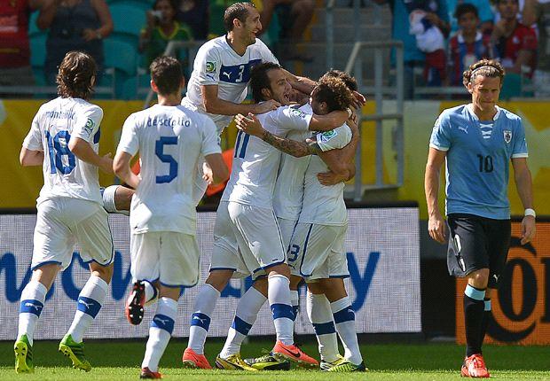 Todos saludan a Astori tras el 1-0 para los italianos