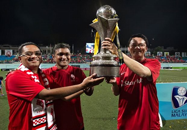 Sundram (centre) hoists the MSL trophy after leading the LionsXII to glory (Photo: FAS)