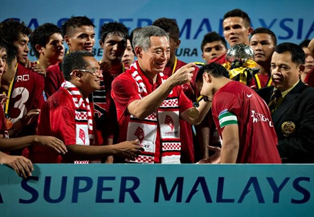 PM Lee presenting the Malaysian Super League trophy to the LionsXII