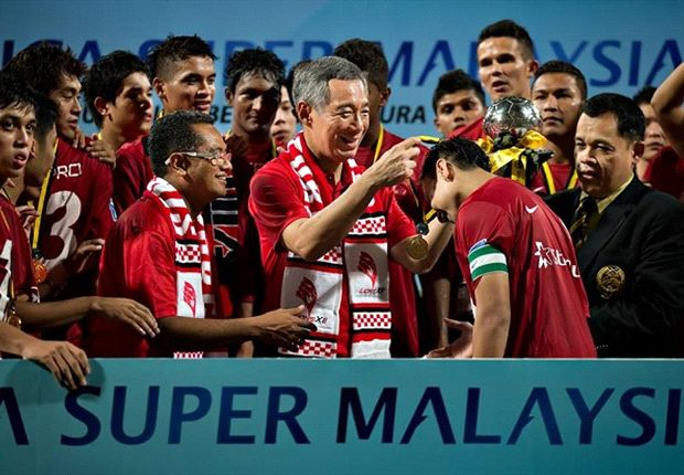 PM Lee presents LionsXII skipper Shahril with his MSL medal (Photo: FAS)