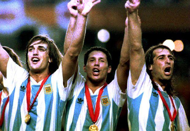 De izquierda a derecha: Batistuta, Simeone y Leo Rodríguez festejando el título.