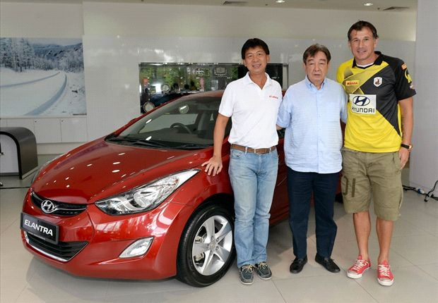 S.League CEO Lim Chin, Mr. Teo Hock Seng and Aleksandar Duric with the prize