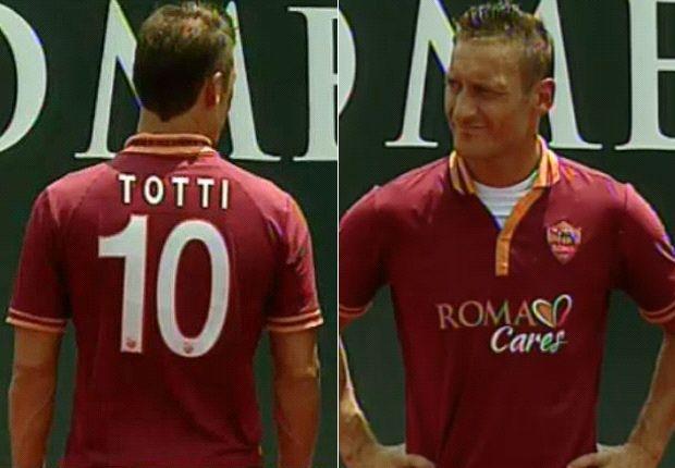Totti sfoggia la nuova prima maglia della Roma