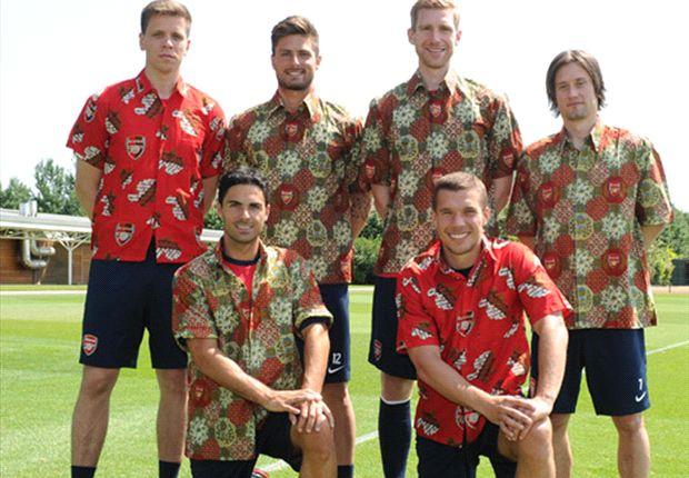 Para pemain Arsenal menjalani sesi pemotretan dengan memakai kemeja batik