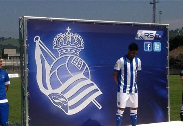Nery Castillo y Carlos Vela 'modelan' camisetas del Rayo y Real Sociedad
