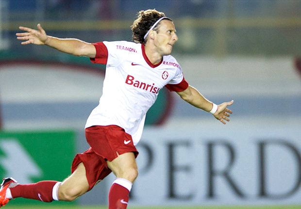 Forlan announces Cerezo move