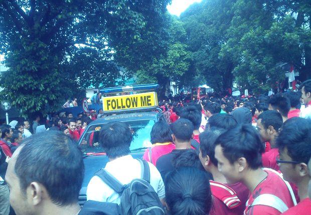 Fans Liverpool ketika menyambut kedatangan tim di Bandara Halim Perdanakusuma