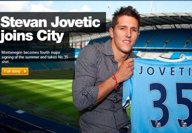 Jovetic mostra con orgoglio la maglia del Manchester City