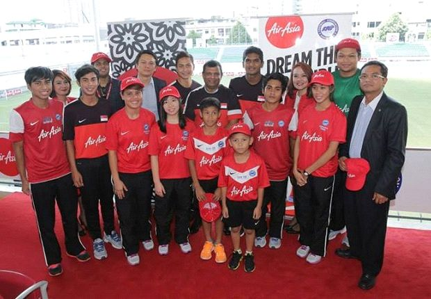 Fernandes poses in a Singapore training jersey with players from various Lions teams (Photo: FAS)