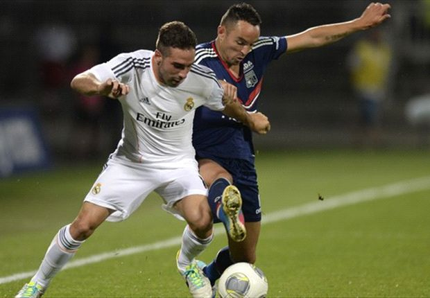 Real Madrids Daniel Carvajal behauptet den Ball gegen Lyons Gael Danic