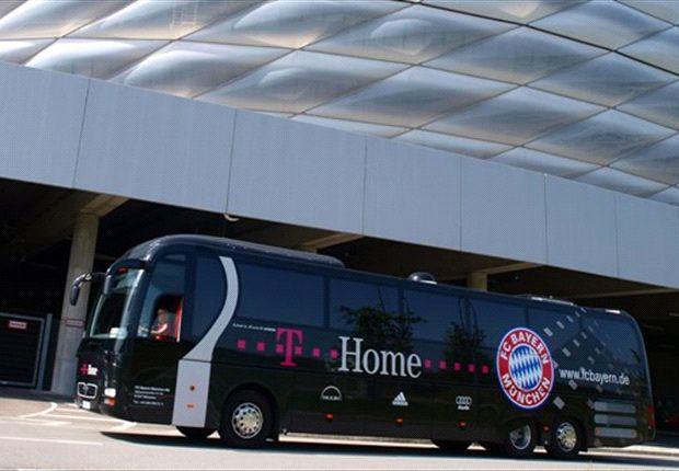 Teambus des FC Bayern: Eine Scheibe ist zu Bruch gegangen