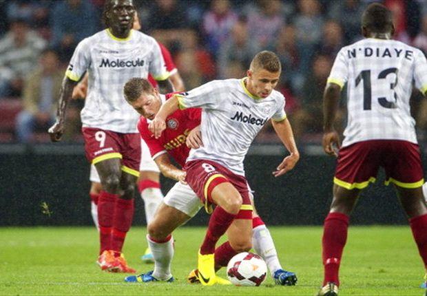 PSV met aanvoerder Schaars aan de aftrap