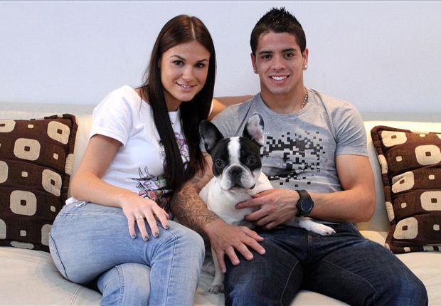 Ibáñez posa con su novia croata y su perro.