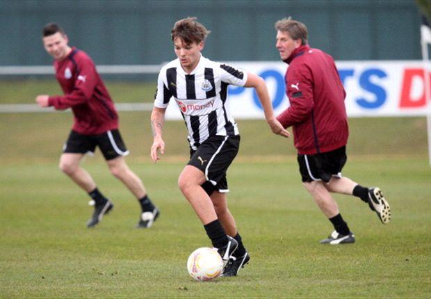 Tomlinson, con la camiseta de Newcastle, en un partido informal