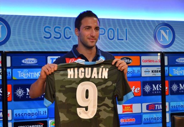 Napoli signing Gonzalo Higuain during his presentation