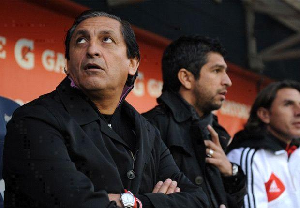 El técnico de River se hizo el distraído e intentó culpar al árbitro por la derrota.