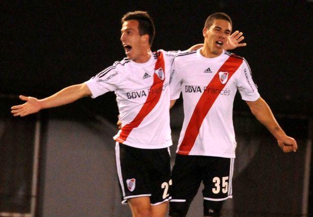 Andrada y Simeone festejan después del gol del triunfo.