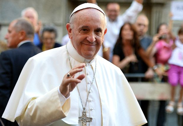 Pope jokes of 'war' with Swiss Guards