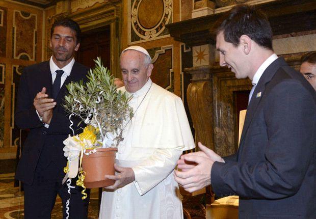 Buffon, el Papa Francisco y Messi.