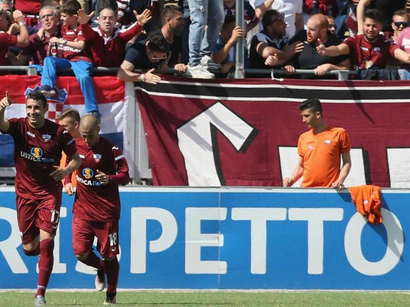 Serie B, 38ª giornata - Il Crotone vince ma rinvia la festa, pari per il Novara