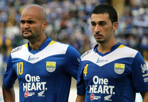 Sergio van Dijk dan rekannya di Persib Bandung, Naseer Al Sebai