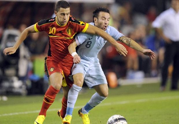 Valbuena y Hazard luchan por la pelota