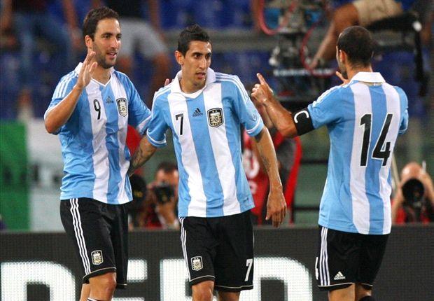 Higuaín festeja el gol junto con Di María y Mascherano.