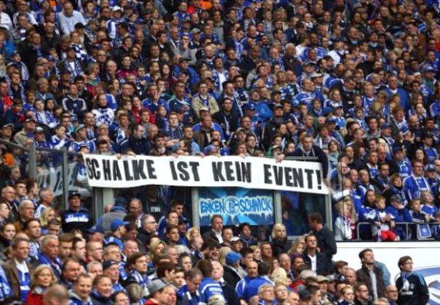 """Fans mit einem Plakat: """"Schalke ist kein Event"""""""