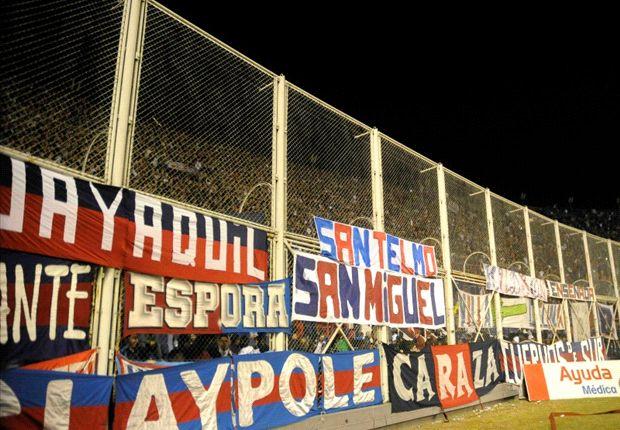La hincha de San Lorenzo repartió palos para todos lados.