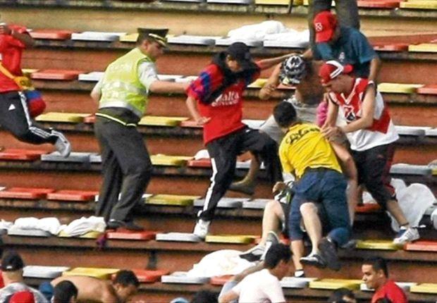 Postal de un hecho violento en la tribuna de Independiente Medellín