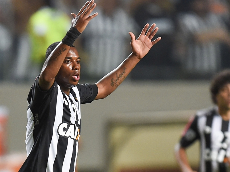 VIDEO - Inciviltà in Coppa Libertadores: Robinho colpito da un accendino