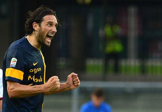 Toni maakte beide treffers voor Hellas Verona