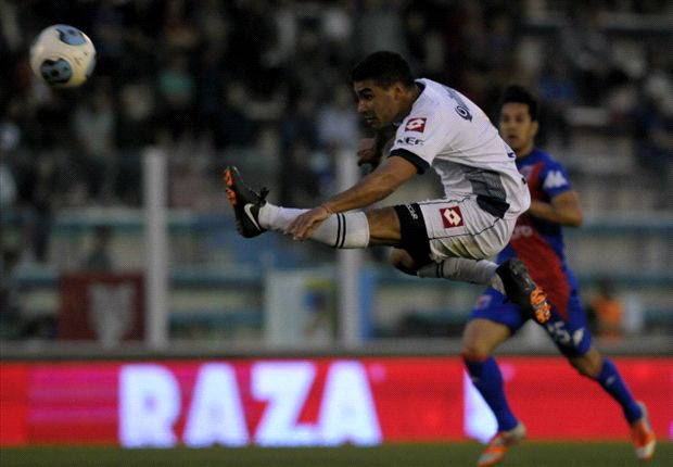 Zacaría define y García la va a tocar con la mano afuera del área. Era gol, Pitana solo amonestó...