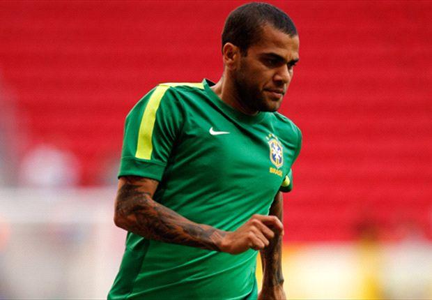 Dani Alves jugando con la selección brasileña