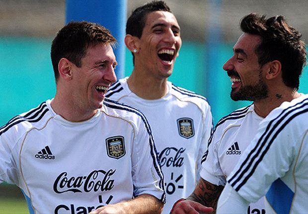 Messi, Di María y Lavezzi, divirtiéndose en Ezeiza.
