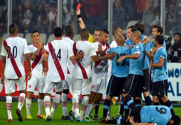 Loustau fue increpado por los jugadores de Perú, tras la expulsion de Yotún.