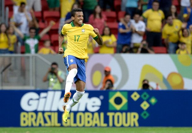 Luiz Gustavo flattered by Barcelona interest