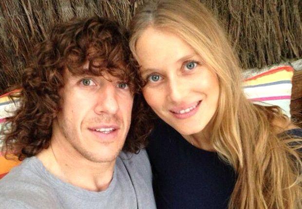 Puyol y su novia lucen sonrientes al anunciar su paternidad
