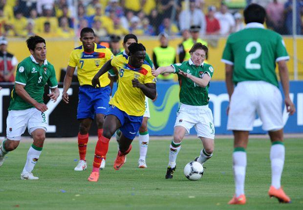 Caicedo, rodeado por jugadores de Bolivia en el último partido en Quito