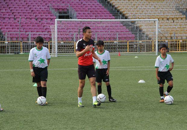 Singapore midfielder Isa Halim coaching kids