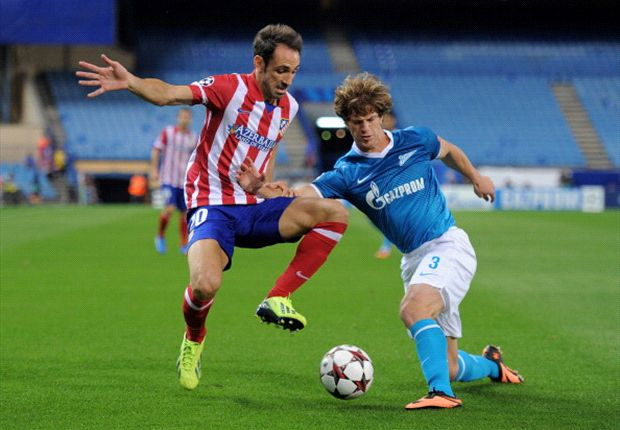 Ansaldi ante Juanfrán Torres, durante el duelo de Champions League
