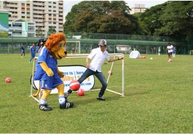 Sauber F1 Team driver Esteban Gutiérrez and Stamford the Lion from Chelsea FC face off on the football field ahead of the Singapore Grand Prix.