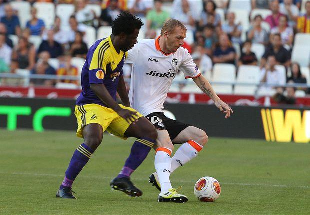 Bony puso en problemas a la defensa de Valencia durante todo el partido.
