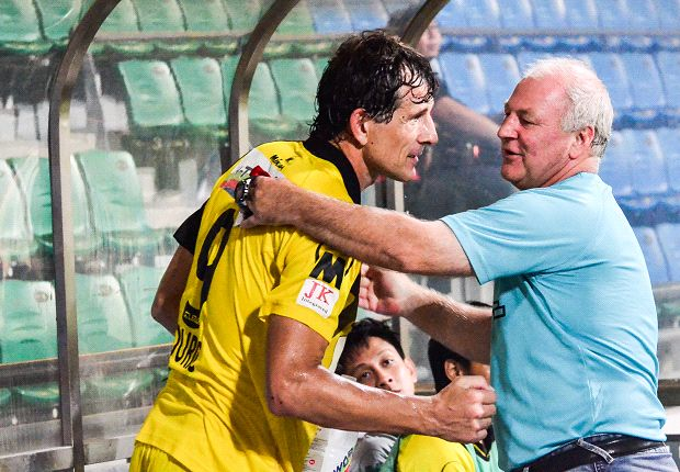 Patrick Vallee embraces Aleksandar Duric after the game