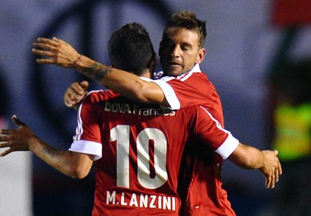 Lanzini se ríe con Fabbro. Por ahora, Ramón encontró la manera de juntarlos en la cancha.