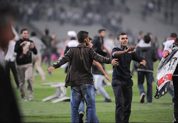 Crowd trouble halts Istanbul derby